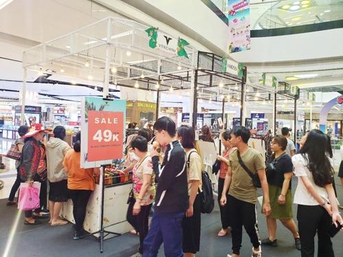 Gian hàng Sale Happy Summer Sale thu hút đông đảo lượt khách hàng tham quan, mua sắm.