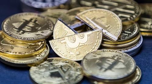 Tiền mô phỏng Bitcoin được trưng bày tại Hong Kong (Trung Quốc) năm ngoái. Ảnh: AFP