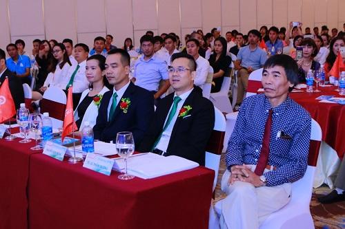 Tiến sĩ Lê Thẩm Dương (ngoài cùng bên phải) đánh giá cao tiềm năng của Blockchain.
