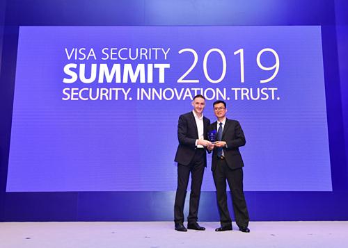 Đại diện Trung tâm thẻ Vietcombank nhận giải thưởng do tổ chức thẻ quốc tế Visa trao tặng.