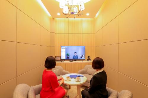 Đến với Trung tâm Dịch vụ Khách hàng PWM, khách hàng được tư vấn trực tiếp với Bộ phận Quản lý Tài sản Cá nhân ở Hàn Quốc thông qua các cuộc gọi tương tác trực tiếp, trong không gian yên tĩnh và tiện nghi, hỗ trợ giải quyết nhanh chóng và hiệu quả các vấn đề tài chính.