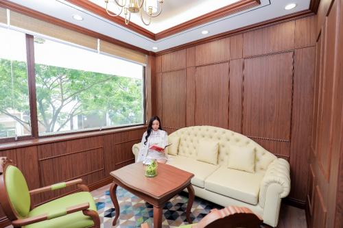 Đi cùng với không gian đẳng cấp là những quyền lợi độc quyền dành cho khách hàng của Shinhan PWM như: biểu phí dịch vụ đặc biệt, thẻ tín dụng cá nhân Shinhan PWM Bạch Kim với các ưu đãi cao cấp, miễn phí sử dụng phòng chờ 03 lần/quý tại hơn 1.100 phòng chờ tiện nghi ở 450 sân bay quốc tế, tận hưởng ưu đãi về y tế, lưu trú và mua sắm tại Hàn Quốc...Đồng thời, khách hàng của Shinhan PWM còn được bảo vệ bởi sản phẩm Bảo hiểm Sức khỏe Toàn cầu PWM Global Care (Aetna Ultra Care) với hạn mức bảo hiểm lên đến 5 triệu USD mỗi năm.