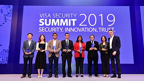 Đại diện các ngân hàng và tổ chức tài chính nhận giải thưởng Champion Security Award.