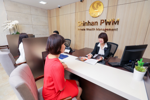 Ngoài Trung tâm Khách hàng PWM tại Chi nhánh Sài Gòn và Phòng Giao Dịch Quận 7, dịch vụ Shinhan PWM còn mở rộng tiếp cận các khách hàng cá nhân cao cấp thông qua ba đơn vị ở Hà Nội (Lê Thái Tổ, Royal City, Cầu Giấy) và hai đơn vị khác ở TP HCM (Tân Bình, Quận 10).