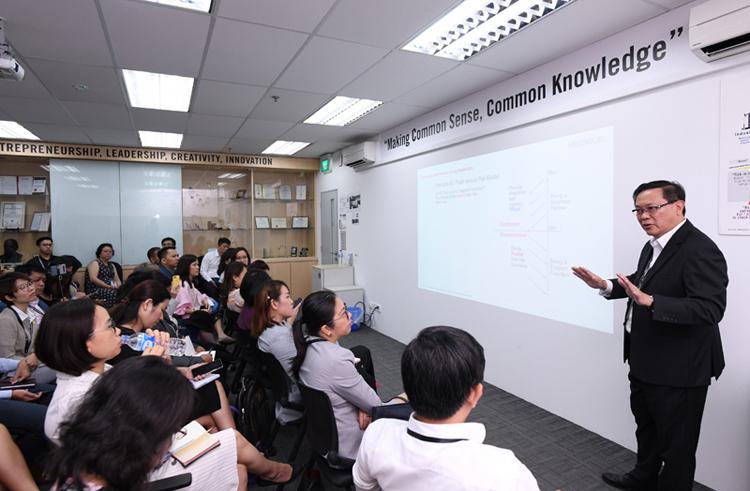 Ông Raymund Chua, Tổng giám đốc công ty Heraeus bật mí bí kíp kích hoạt sự cởi mở và linh hoạt của nhân viên Châu Á.