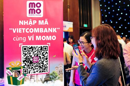 Vietcombank hợp tác Ví MoMo ủng hộ ngày không tiền mặt.