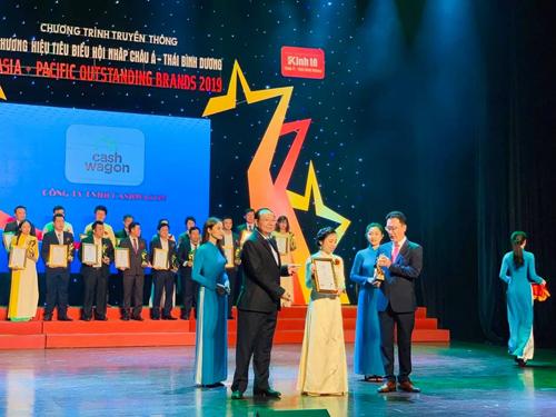 CEO Nguyễn Thị Thúy Hằng nhận giải thưởng tại buổi lễ.