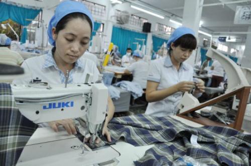 Sản xuất áo sơ mi tại một doanh nghiệp dệt may.