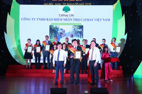 Đại diện Cathay Life Việt Nam nhận giải thưởng.