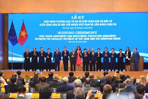 Đại diện Chính phủ Việt Nam và Liên minh châu Âu chụp ảnh lưu niệm tại lễ ký kết chiều 30/6. Ảnh: Giang Huy.