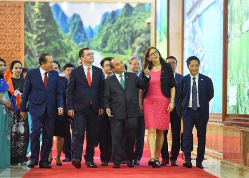 Thủ tướng Nguyễn Xuân Phúc trao đổi với Cao uỷ Liên minh châu Âu Cecilia Malmstromtrước khi hai bên ký Hiệp định thương mại tự do và Hiệp định Bảo hộ đầu tư giữa Việt Nam - EU chiều 30/6. Ảnh: Giang Huy