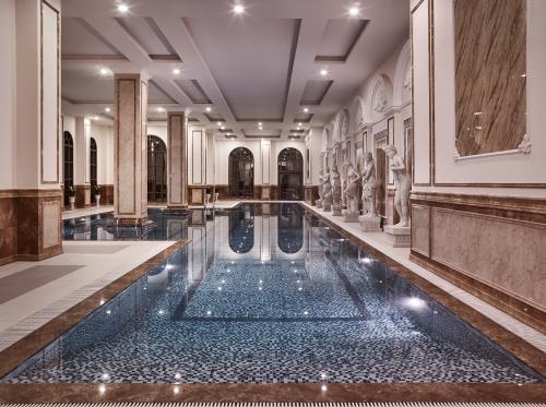 Bể bơi tọa lạc tại độ cao 120m trên đỉnh tòa tháp tượng trưng cho sự vững chắc của công trình D'. Palais Louis.