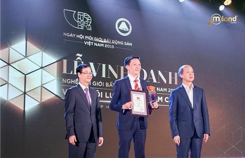 Đại diện MLand Vietnam nhận giải thưởng Top 10 sàn bất động sản tiêu biểu 2018.