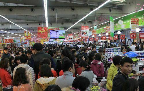 Khách mua hàng tại một siêu thị BigC ở Hà Nội. Ảnh: Anh Tú