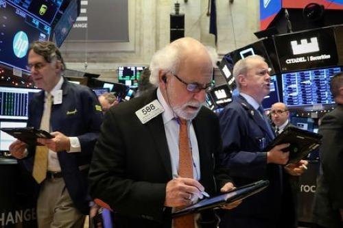 Các nhân viên giao dịch trên sàn chứng khoán New York (NYSE). Ảnh: Reuters
