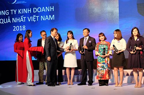 Phó Trưởng Văn phòng đại diện Vietcombank khu vực phía Nam (thứ 5 từ phải sang) nhận biểu trưng vinh danh doanh nghiệp tỷ đô.