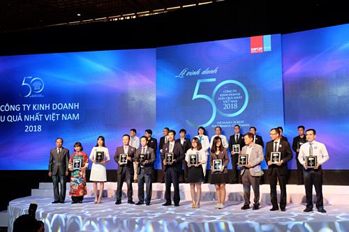 Đại diện Vietcombank khu vực phía Nam (thứ 3 từ trái sang) nhận biểu trưng Top 50 công ty kinh doanh hiệu quả nhất Việt Nam.
