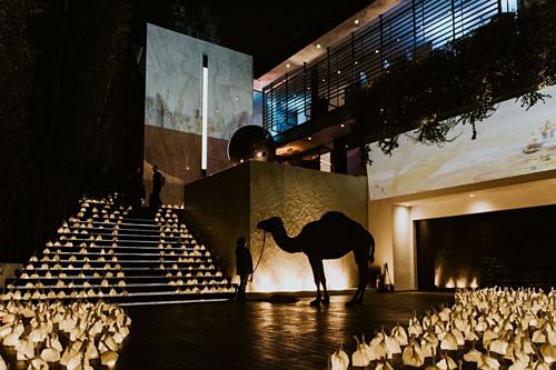 Buổi trình diễn nghệ thuật ở tiêu tốn 100.000 USD để tìm khách của Ali. Ảnh:Society Group