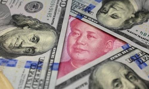 Đồng đôla Mỹ và Nhân dân tệ Trung Quốc. Ảnh: Reuters