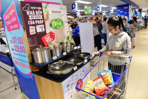 Khách hàng mua sắm tại Co.opmart và thích thú với bộ sản phẩm nhà bếp độc quyền của Pháp.
