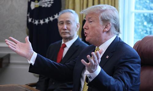 Ông Trump gặp Phó thủ tướng Trung Quốc Lưu Hạc tại Washington hồi đầu tháng 4. Ảnh: CNBC
