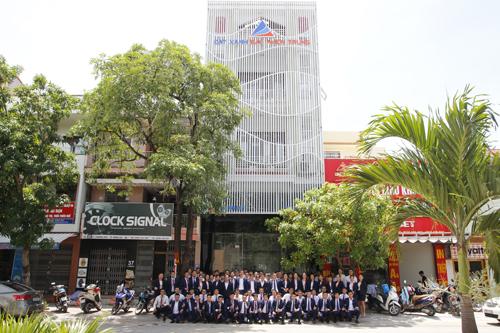 Tập thể lãnh đạo và nhân viên Đất Xanh Bắc Miền Trung tại văn phòng giao dịch mới.