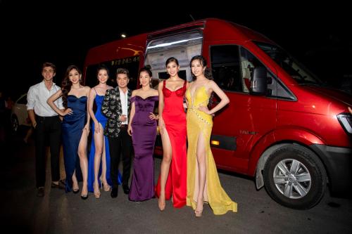 Ca sĩ Đàm Vĩnh Hưng, Hoa hậu Tiểu Vy, Á hậu Phương Nga, diễn viên Bình An, Á hậu Thúy An tạo dáng trước chiếc Skybus Limousine sang trọng.