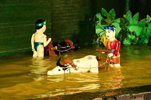 Hiện, nhà hát múa rối nước chỉ có tại Việt Nam. Đặc biệt, khi lần đầu tiên, du khách đến du lịch TP HCM có thể xem màn trình diễn độc đáo này tại Nhà hát Rex Sen Vàng - khách sạn Rex, mà không cần tìm kiếm đâu xa.