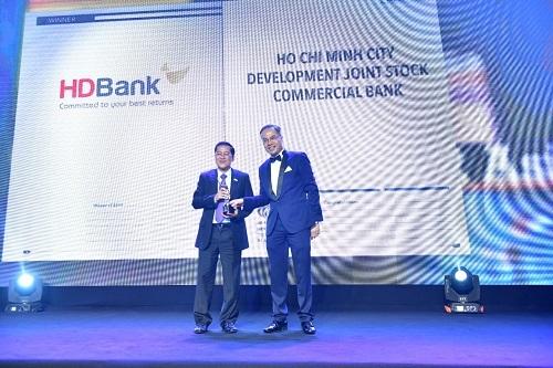 Đại diện HDBank nhận