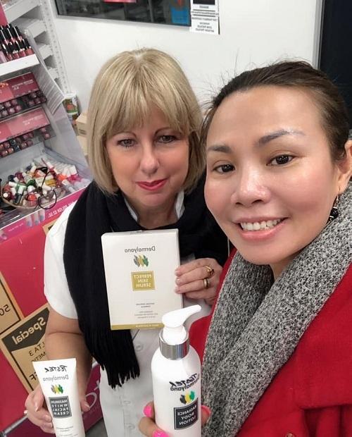 Doanh nhân Lien Rogers (bên phải) tư vấn cho khách hàng sử dụng sản phẩm chăm sóc da.