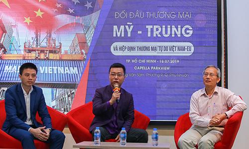 Ông Phạm Tấn Đạt và ông Nguyễn Thanh Hưng, Chủ tịch Hiệp hội Thương mại điện tử VECOM (phải) tại sự kiện. Ảnh: Anh Khoa