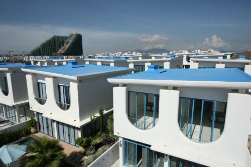 Dự án Cam Ranh Bay được thiết kế theo phong cách Santorini, Hy Lạp với nhà trắng, mái vòm xanh