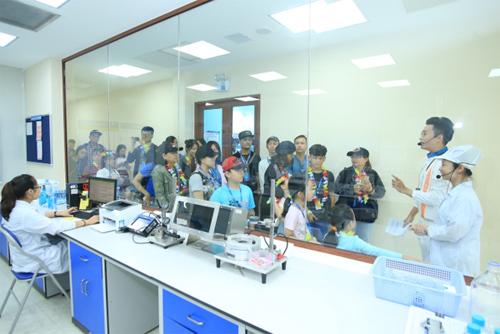 Gia đình có góc nhìn cận cảnh về công nghệ sản xuất nước hiện đại tại Satori.