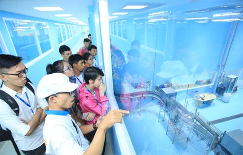 Các sinh viên chăm chú theo dõi trong hành trình tại nhà máy mở Satori.