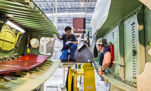 Các kĩ sư đang lắp ráp linh kiện của máy bay Airbus. Ảnh: NYT