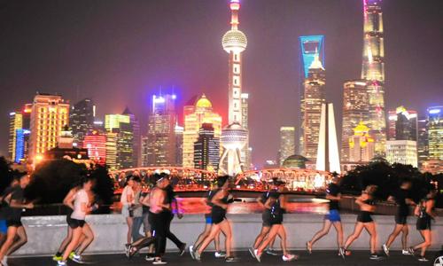 Người dân Thượng Hải tập chạy vào buổi tối. Ảnh: AFP