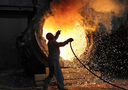 Công nhân làm việc trong một nhà máy thép ở Trung Quốc. Ảnh: Reuters