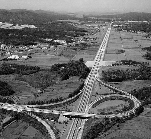 Cao tốc Gyeongbu hoàn thành năm 1970. Ảnh: Chosun Ilbo