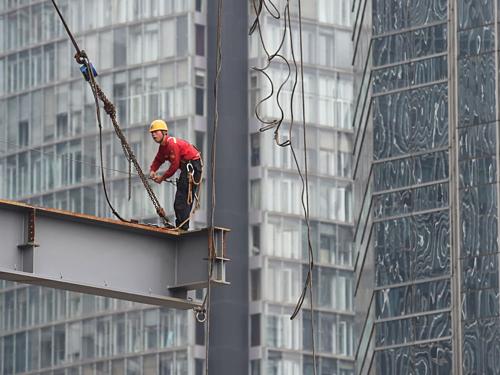 Công nhân làm việc tại một công trường ở Bắc Kinh (Trung Quốc). Ảnh: AFP