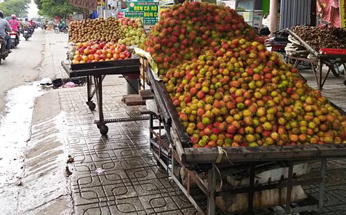Chôm chôm được bán với giá rẻ ở lề đường Sài Gòn. Ảnh: Hồng Châu.