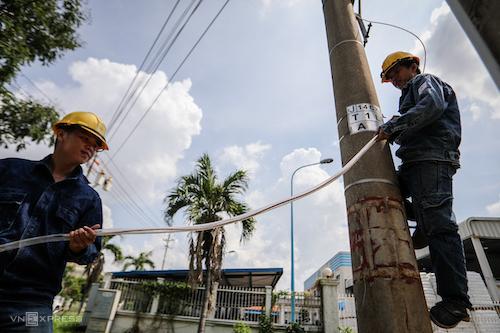 Công nhân Điện lực TP HCM sửa chữa điện tại KCX Tân Thuận. Ảnh: Thành Nguyễn