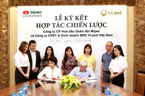 Ông Dư Cao Sơn (bên phải) - Tổng Giám đốc Công ty Cổ phần hóa dầu Quân đội - Mipec và bà Nguyễn Quỳnh Anh (bên trái) - Phó tổng giám đốcVLand Việt Nam tại lễ ký kết.