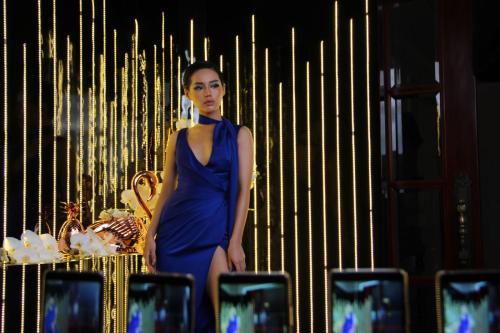 Khánh Linh The Face làm mẫu trong chương trình.