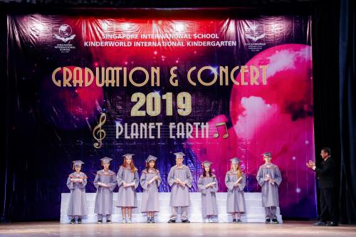 Các em học sinh tại lễ tổng kết Trường Quốc tế Singapore (SIS)