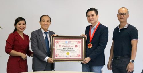 Đại diện HMD Global nhận giải thưởng từ Tổ chức kỷ lục gia Việt Nam.
