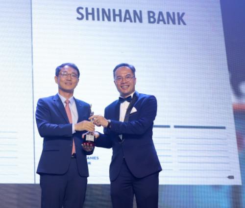Ông Shin Dong Min - Tổng giám đốc Ngân hàng Shinhan tại Việt Nam (trái), nhận giải thưởng Nơi làm việc tốt nhất châu Á 2019 từ HR Asia.