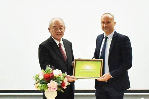 Đại diện Acecook nhận giải thưởng từ Kantar.