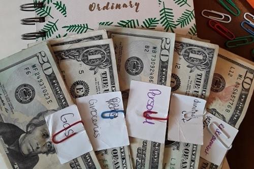 Số tiền chi tiêu hàng tháng được Epperson chia vào các mục. Ảnh: Kristy Epperson