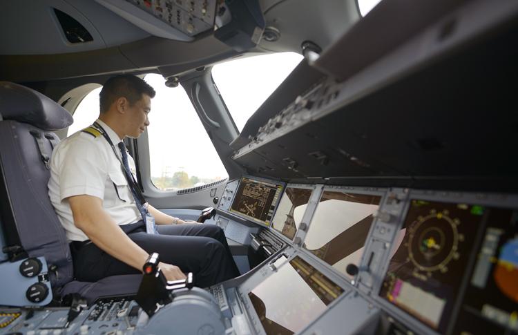 Một phi công của Vietnam Airlines. Ảnh: VNA.