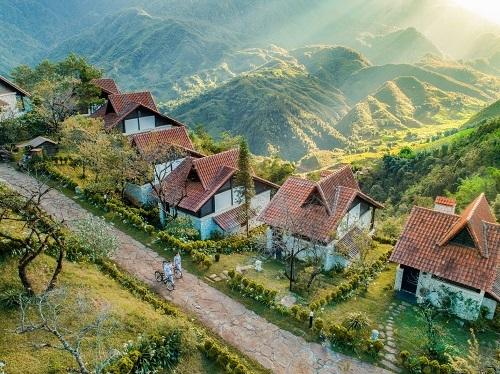 Bất động sản nghỉ dưỡng miền núi có sức hút độc đáo thường có giá bán, giá thuê cao, nhất là tại một số khu nghỉ dưỡng núi nổi tiếng trên thế giới. Ảnh chụp một góc quần thể nghỉ dưỡng Sapa Jade Hill tại Sa Pa, Lào Cai.